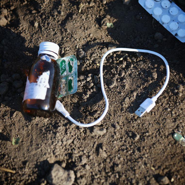 Een achtergelaten oplaadkabeltje op de Hongaarse grens. Beeld GETTY