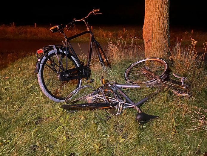 De fietser is met onbekend letsel naar het ziekenhuis gebracht.