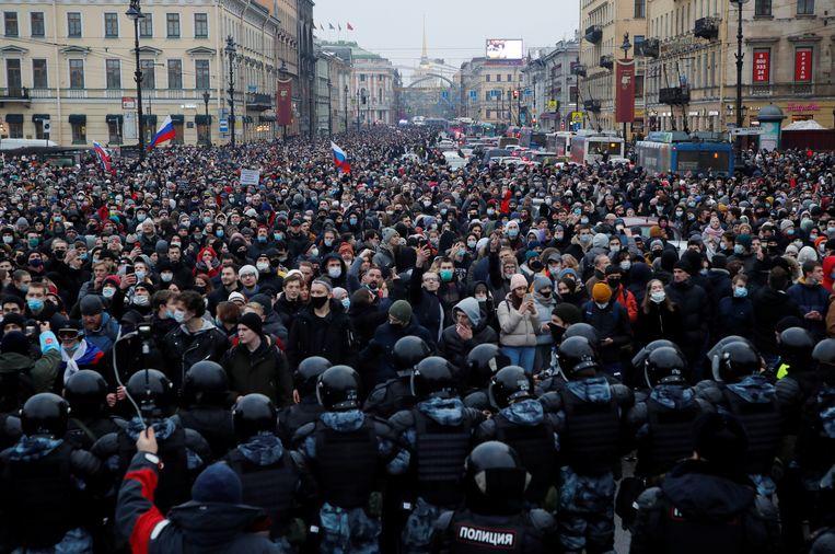 Wetshandhavers staan tegenover demonstranten die de vrijlating van gevangengenomen Russische oppositieleider Alexei Navalny eisen in Sint-Petersburg. Beeld Reuters