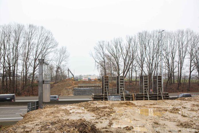De werken aan de nieuwe brug in de Lombeekstraat zijn volop aan de gang.