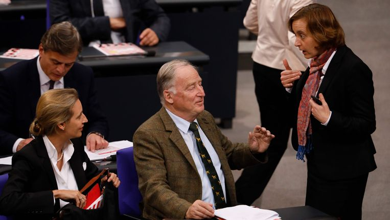 AfD-voorzitters Beatrix von Storch in gesprek met partijgenoten Alexander Gauland en Alice Weidel. Beeld afp