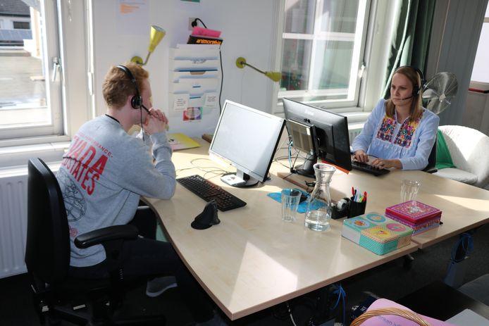 Twee medewerkers van de Kindertelefoon