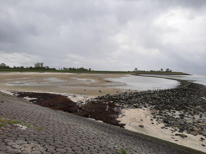Het strandje bij Sint-Maartensdijk, met rechts de kleine dam.