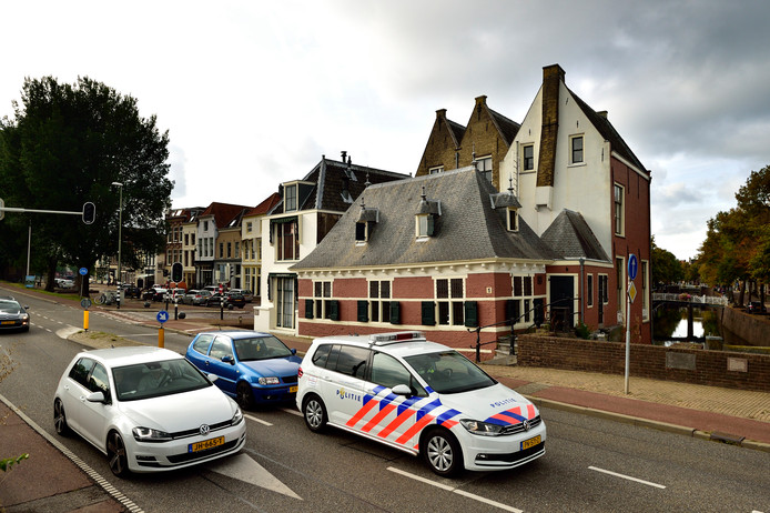 De Veerstal in Gouda, 30 kilometer per uur, eenrichtingsverkeer of een knip in de weg, zodat er geen doorgaand verkeer mogelijk is.