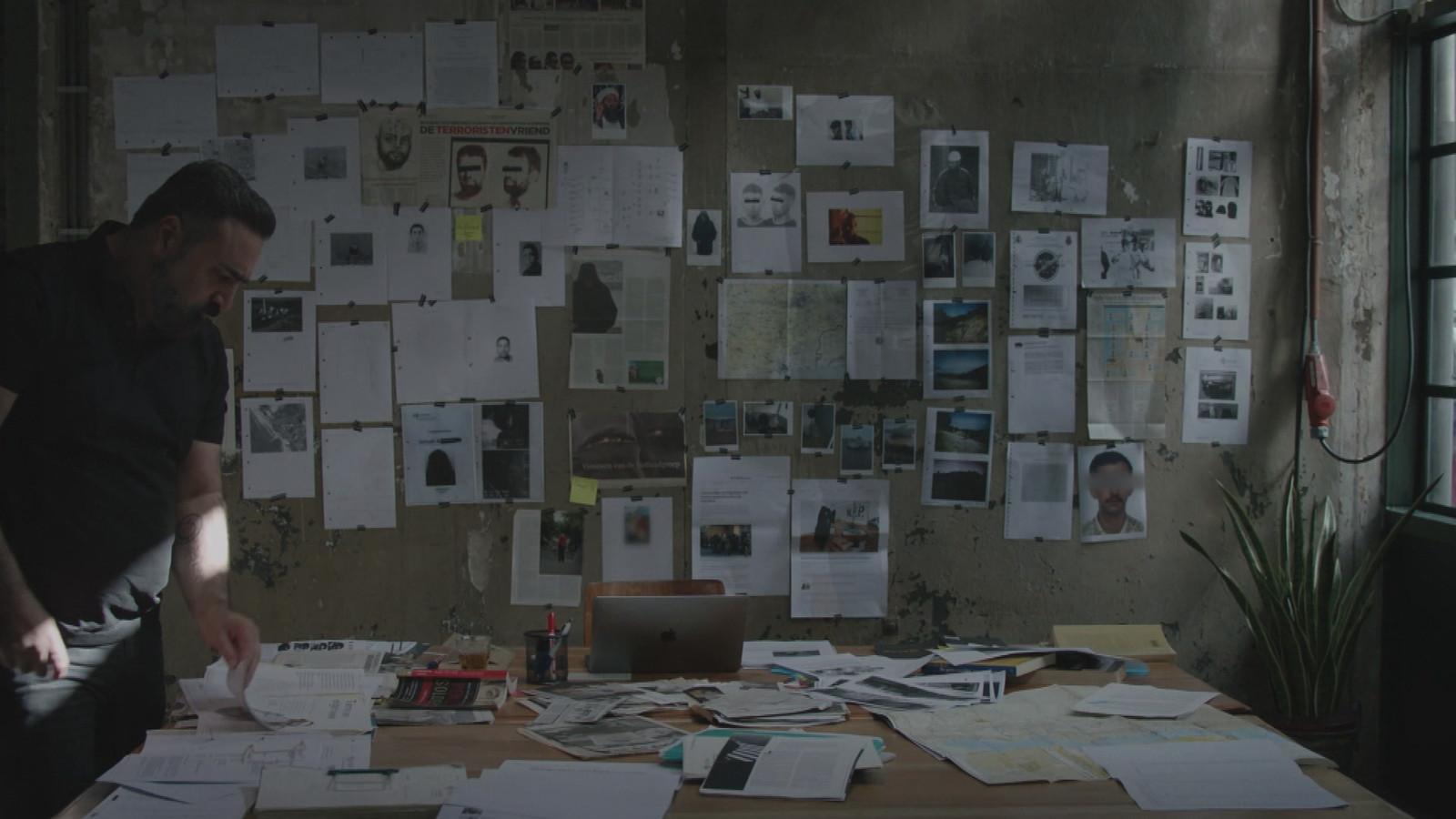 Screenshot uit de documentaire Staatsvijand Nr. 1, waarin documentrairemaker Sinan Can (links) Samir A. interviewt.