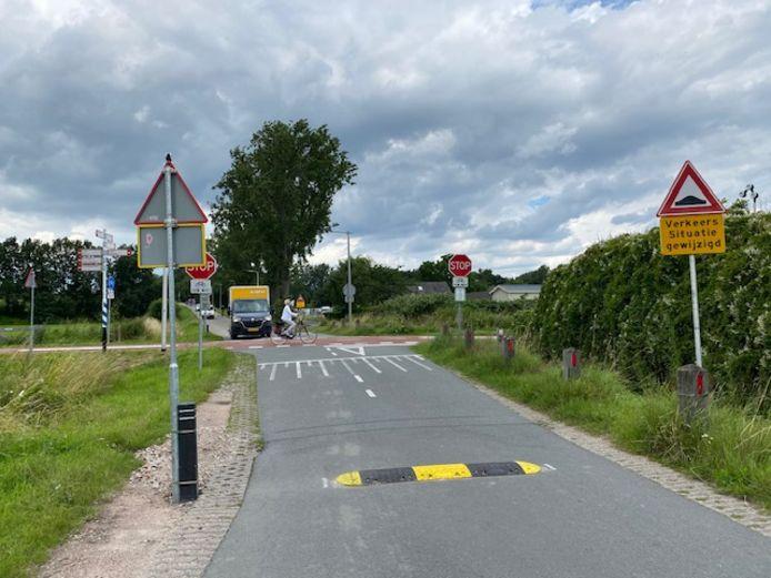 Het RijnWaalpad en de kruising met de Rijkerswoerdsestraat tussen Arnhem en Huissen.