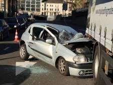Verkeer in Arnhem staat vast door botsing tussen truck en auto; één bestuurder gewond