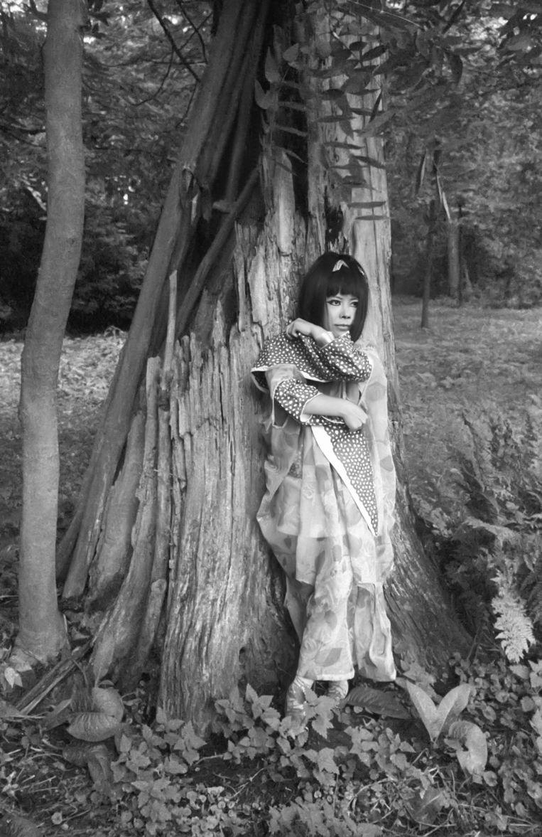 Spirit Girl Emerging from Hollow Tree  Beeld Harrie Verstappen