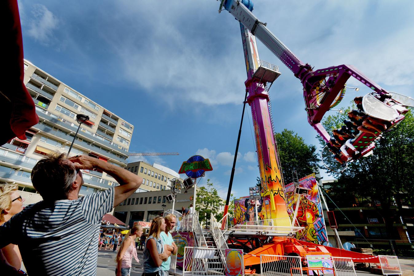 Grote attracties zoals de Turbine, hier op de Paleisring tijdens een eerdere editie van de Tilburgse Kermis, kunnen straks nog steeds terecht op het Stadsforum.