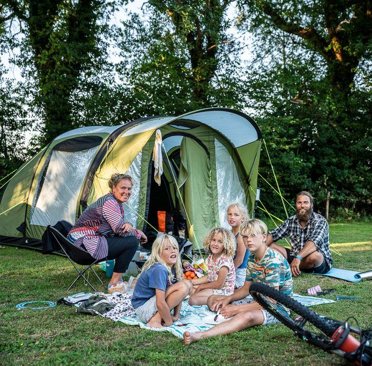 Een gezin fietsend door Drenthe overnacht op camping de Weyert bij Rolde. Beeld Harry Cock