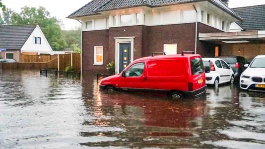 Een verdronken auto in Mierlo.