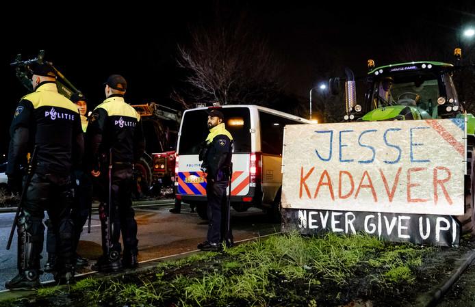 Tractoren en politieagenten op de A12 bij Den Haag voorafgaand aan de landelijke demonstratie tegen het stikstofbeleid van het kabinet.