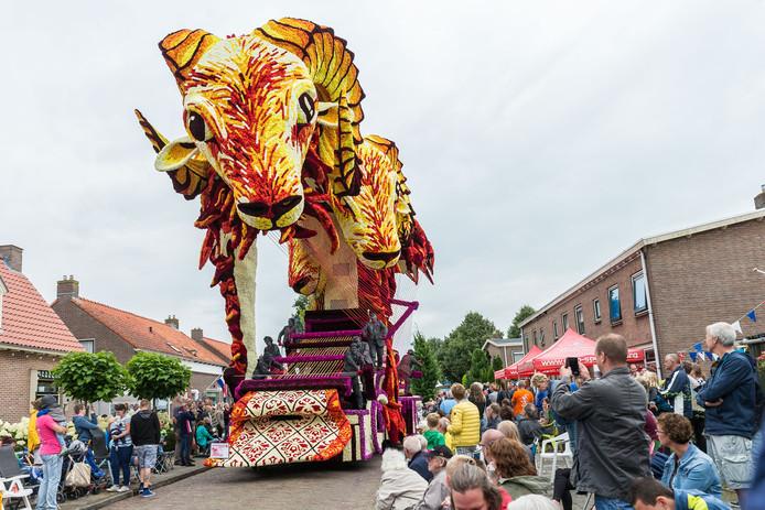 De winnende praalwagen in 2017, 'Verweven' van de groep FunFun, met figuranten aan het weefgetouw. Invloeden uit de kunstwereld moeten de figuratie op een hoger plan brengen.