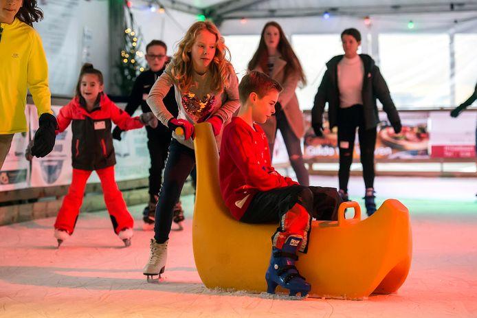 Drukte op de schaatsbaan bij WinterWonderBeek op de Markt van Prinsenbeek.