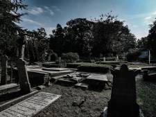Zorgen om kapotte grafstenen in Doesburg: 'Ik vind het schandalig'