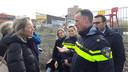 Minister Kajsa Ollongren (links) bracht - na het tekenen van de Woondeal - een werkbezoek aan de wijk Limbeek in Eindhoven, met wethouder Yasin Torunoglu (rechts). Ze sprak onder meer met wijkagenten.