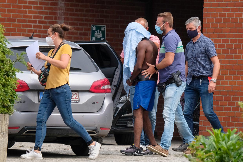 Een van de opgepakte daders van het gevecht in Blankenberge wordt weggeleid door de politie.  Beeld BELGA