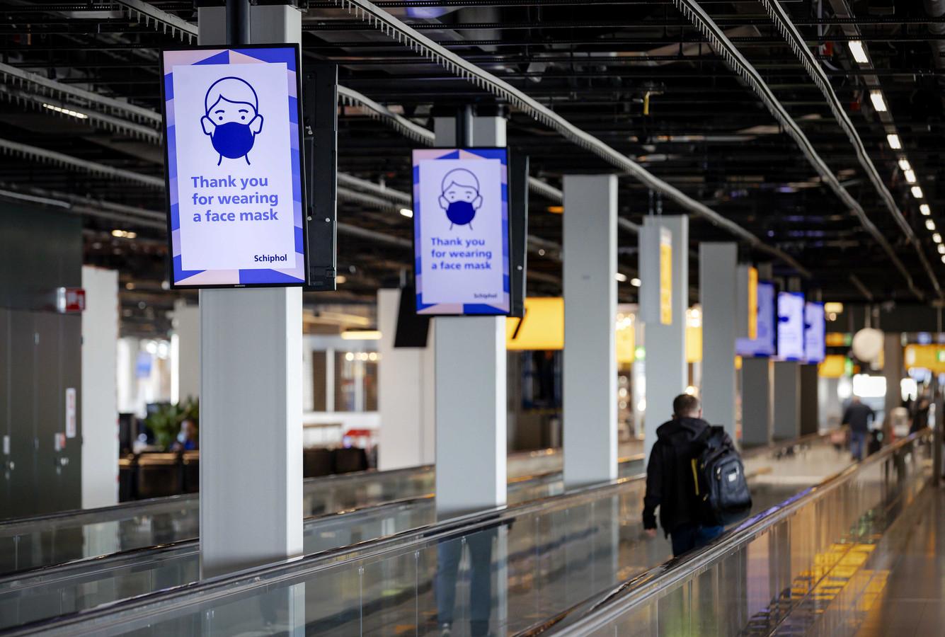 Schiphol Airport, vanwege de tweede coronagolf geldt er een dwingend negatief reisadvies voor reizen naar het buitenland