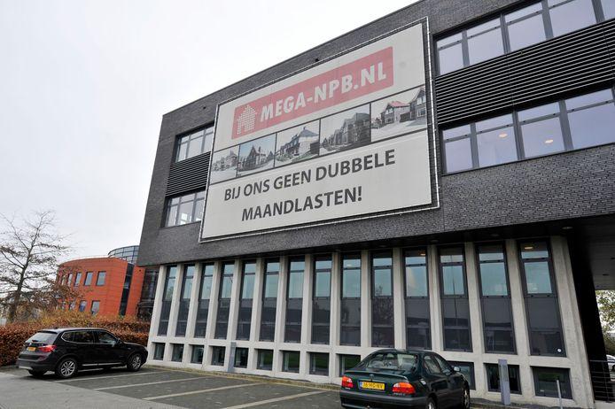 Toen alles nog koek en ei leek: een groot spandoek hangt op de gevel van het Megahome-bedrijfspand in Almelo.