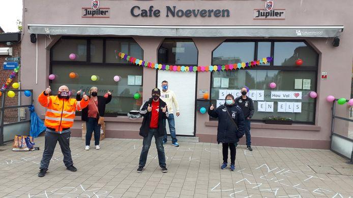 Café Noeveren werd versierd door de trouwe stamgasten.