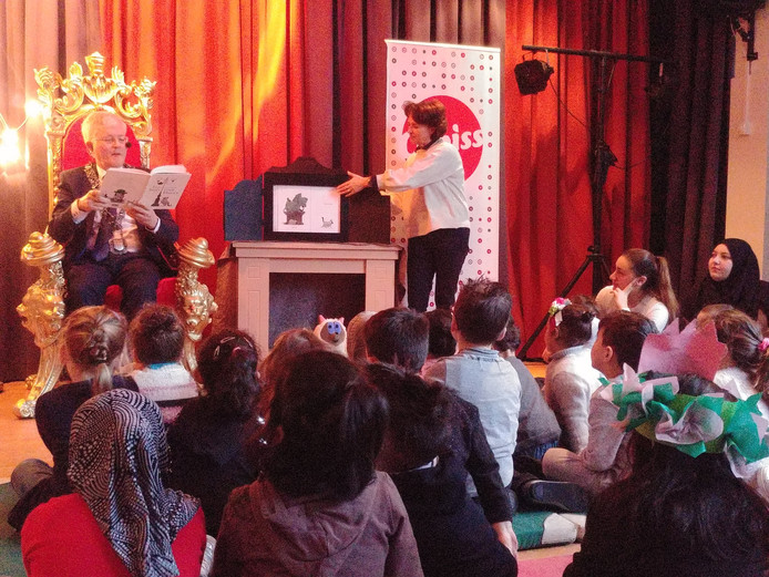 Burgemeester Weterings leest voor aan de kinderen van basisschool Hubertus in Tilburg.