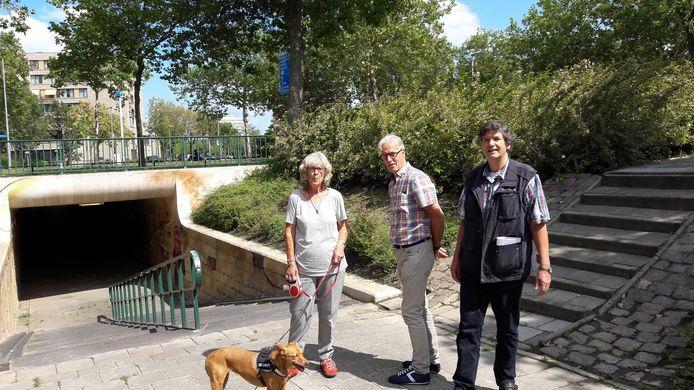 Camilla de Nijs, Cor Verbeek en Sjak van Hoesel (vlnr) bij het ontoegankelijke tunneltje onder de Limburglaan in Eindhoven.
