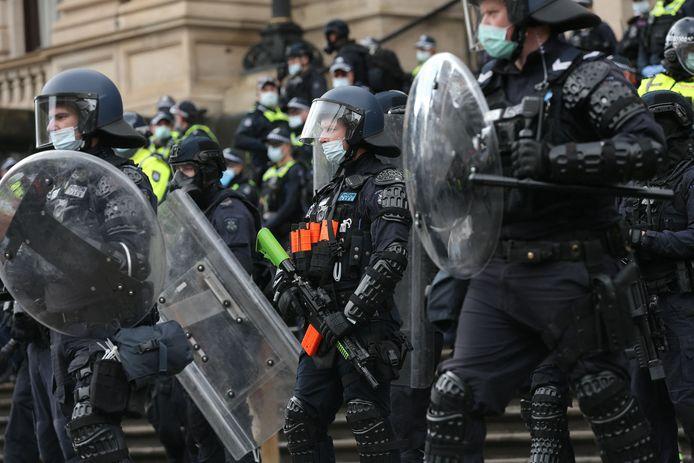 La police monte la garde lors d'une manifestation de travailleurs du bâtiment et de manifestants contre la réglementation Covid-19 à Melbourne, le 21 septembre 2021.