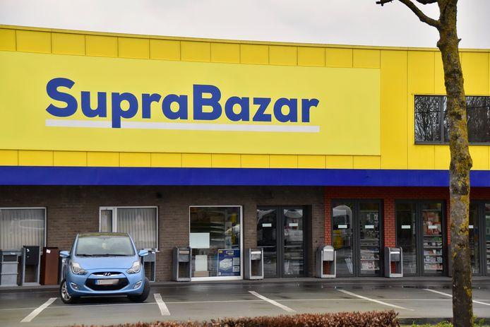 De West-Vlaamse familie Vanhalst, zaakvoerders van winkelketen Supra Bazar, maakt het voorwerp uit van een gerechtelijk onderzoek naar fraude. Foto van de hoofdvestiging van de winkel in Gullegem.