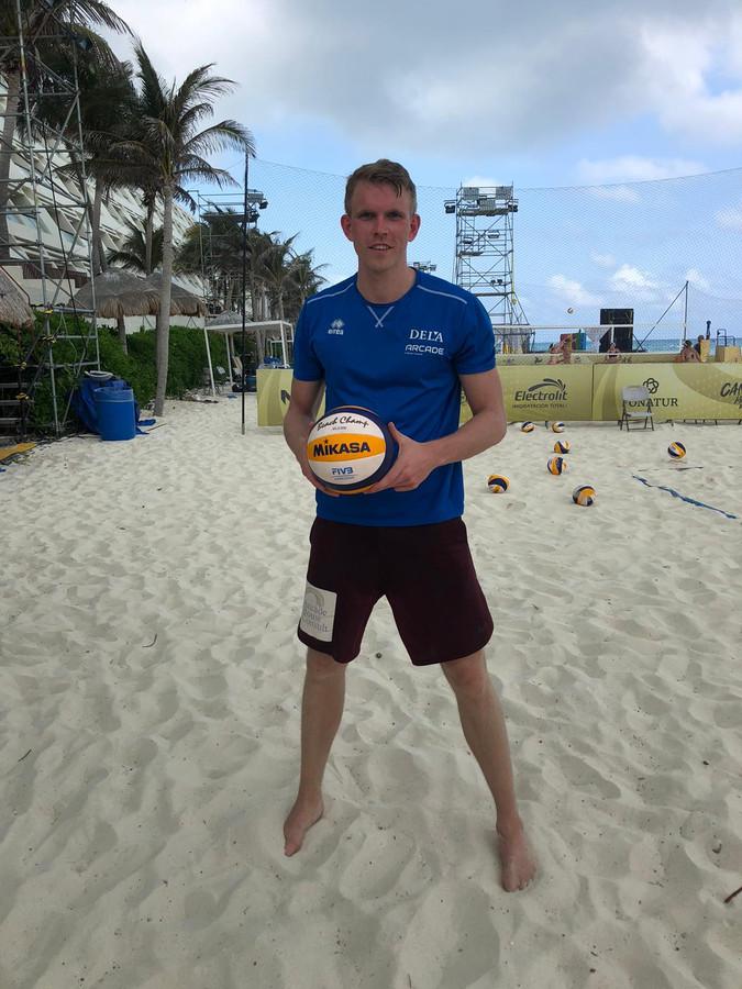 Beachvolleyballer Stefan Boermans op het hermetisch afgesloten strand van Cancun, waarop een aantal velden voor drie World Tour-toernooien zijn aangebracht.