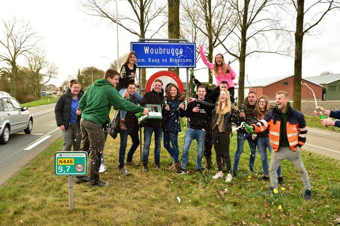 De Woubrugse jeugd is blij: de Overijsselse band Bökkers komt optreden in het dorp.
