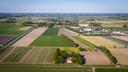 De beoogde locatie voor een zonnepark van ruim 18 hectare, tussen de Ettenlandseweg (onder), de Marknesserweg (links) en het industrieterrein (rechts) aan de Kanaalweg.