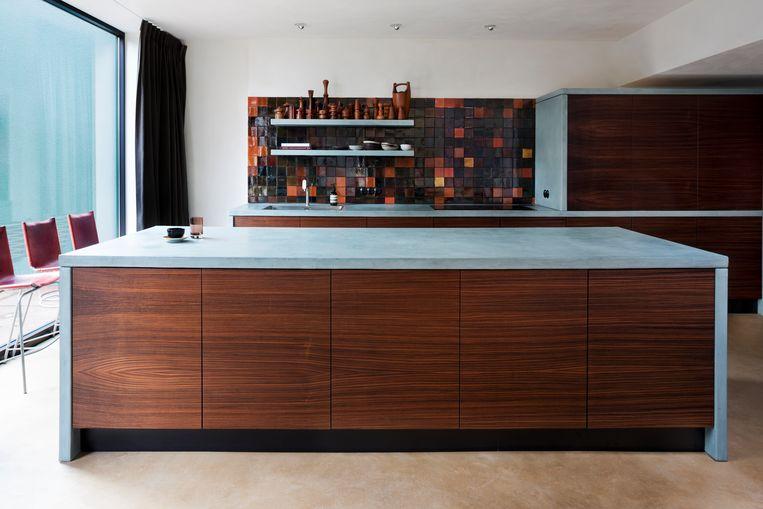 De voorpanden van de keukenkast zijn makkelijk te switchen van fineer naar, bijvoorbeeld, leder. Beeld Senne Van der Ven