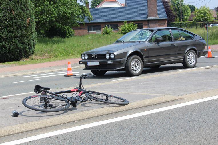 De fietser werd opgeschept en meegesleurd