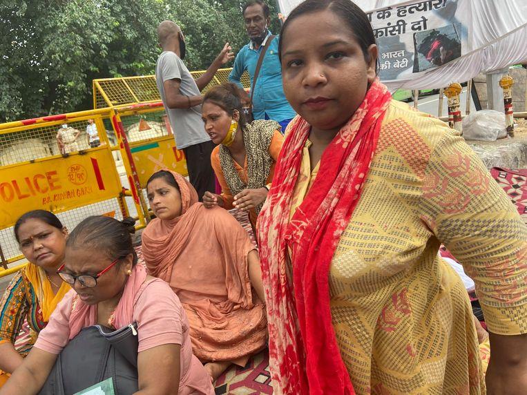 Simran (r) met de andere buurvrouwen bij de al dagen durende protestbijeenkomst in Delhi. Beeld Aletta Andre