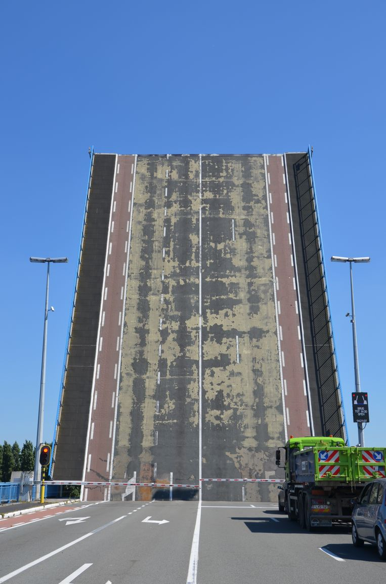 Het wegdek van Zelzatebrug ligt er al jaren schandalig bij.