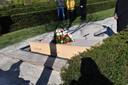 Bloemen op de grafkist van de onbekende verstekeling bij zijn begrafenis, op luttele kilometers van Schiphol. Hij kreeg van de marechaussee de naam John Doe mee.