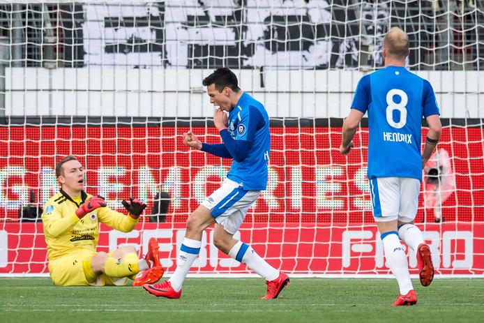 Hirving Lozano viert zijn goal op het kunstgras tegen Excelsior.
