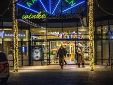 Geweld in het winkelcentrum: gewapende jongeren gaan elkaar te lijf in Zwolle, twee gewonden