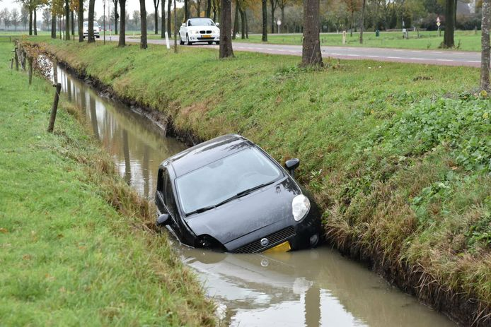Auto in sloot in Well.