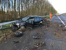 Twee auto's klappen in de vangrail op A50, één gewonde