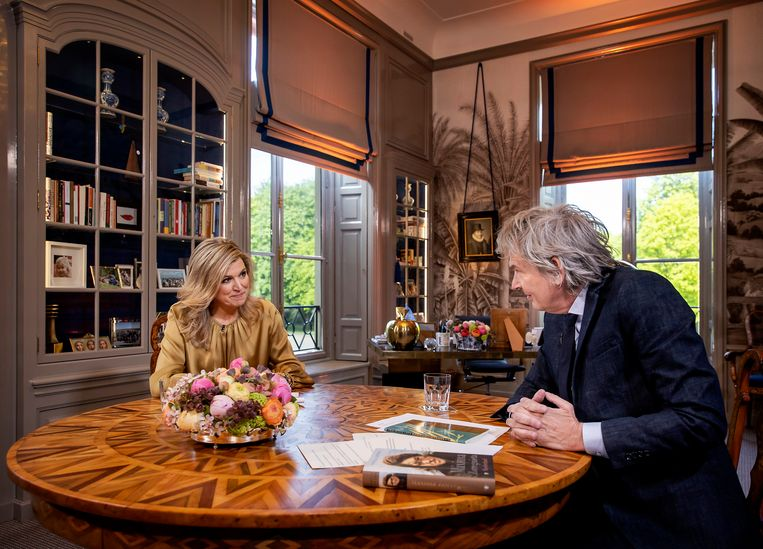 Koningin Maxima in gesprek met Matthijs van Nieuwkerk tijdens een interview ter gelegenheid van haar vijftigste verjaardag. Het gesprek vond plaats op de werkkamer van Koningin Máxima op Paleis Huis ten Bosch.  Beeld Brunopress