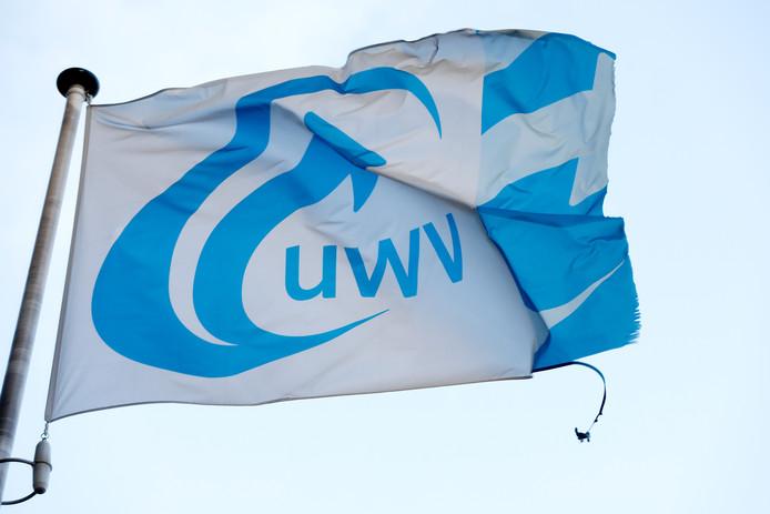 Een vlag met daarop het logo van uitkeringsinstantie UWV.