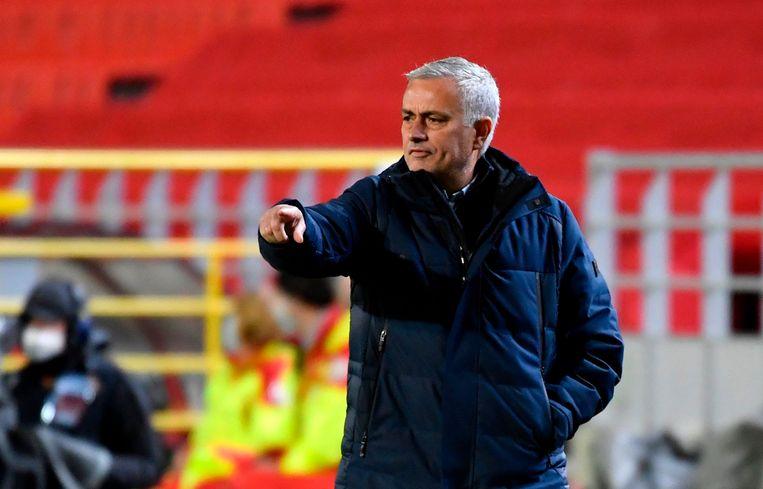 José Mourinho geeft aanwijzingen tijdens het Europa League-duel. Beeld AFP