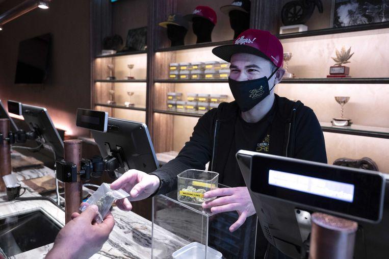 Een klant plaatst een bestelling in een coffeeshop in de binnenstad van Amsterdam. Beeld ANP