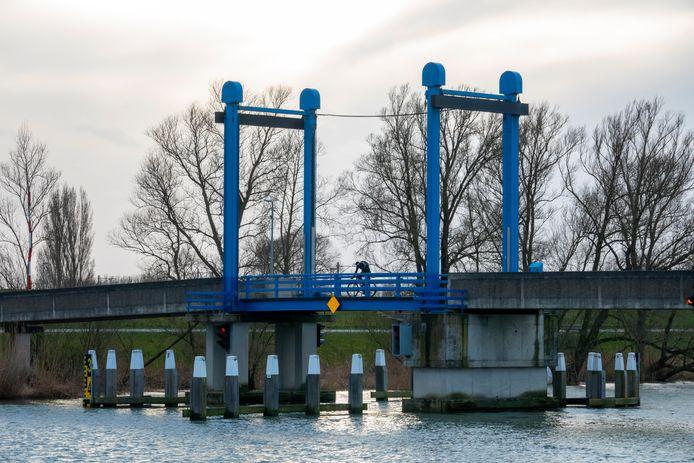 De Blauwe brug over het Wantij in Dordrecht wordt vanaf 27 september verstevigd, zodat de brandweer die kan gebruiken.