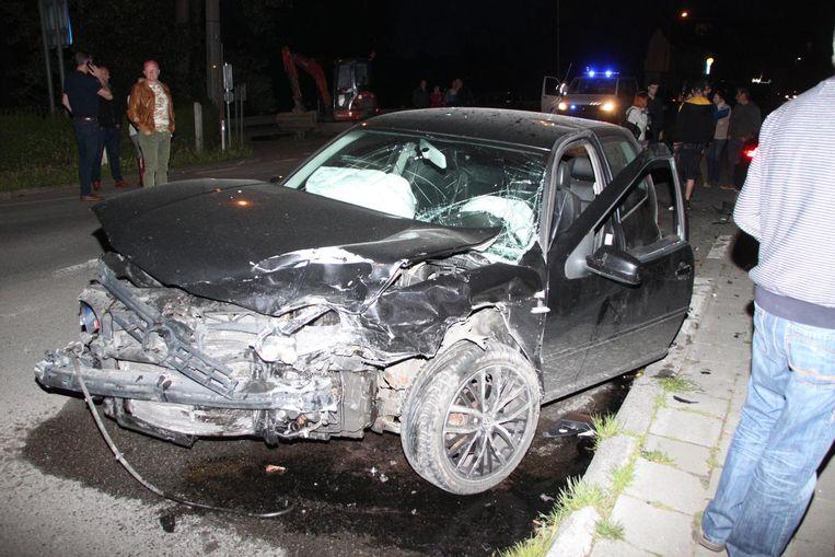 De Volkswagen Golf van de racer raakte helemaal vernield.