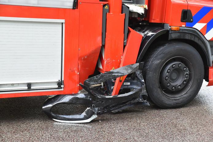 De brandweerwagen was na de botsing op de N65 in Udenhout beschadigd.