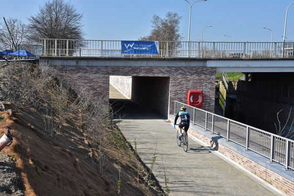 In Ooigem is de fietstunnel ter hoogte van de Drietrapssluis feestelijk ingehuldigd.