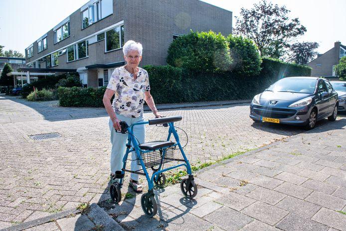 Pia Wolvers (89) woont in Koudekerk en kan gemakkelijk door het dorp met haar rollator