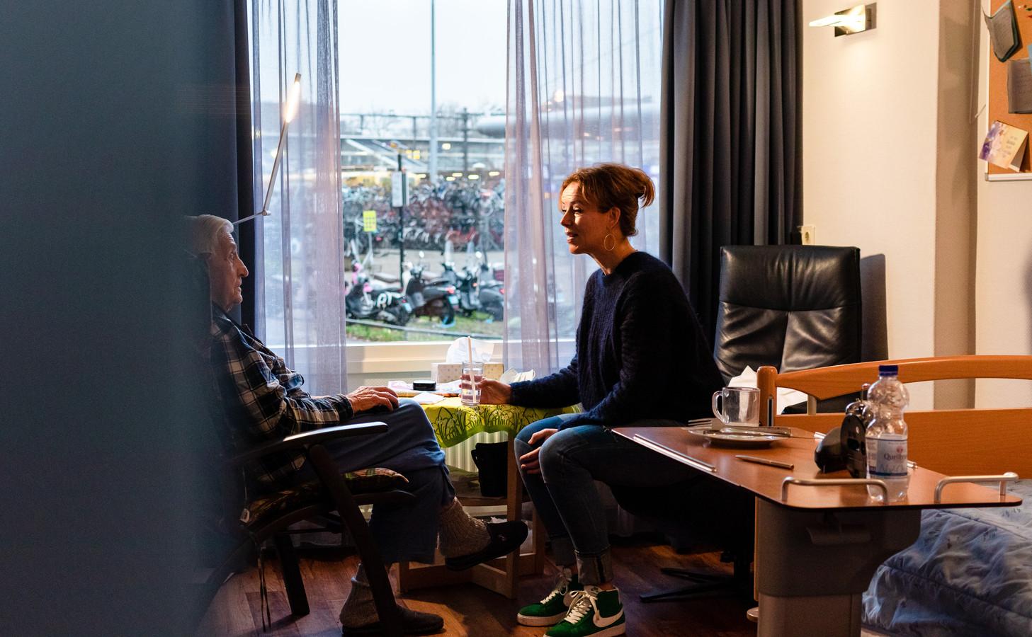 Vrijwilliger Esther Korteweg (46) maakt een praatje met een bewoner van Hospice De Patio in Dordrecht.
